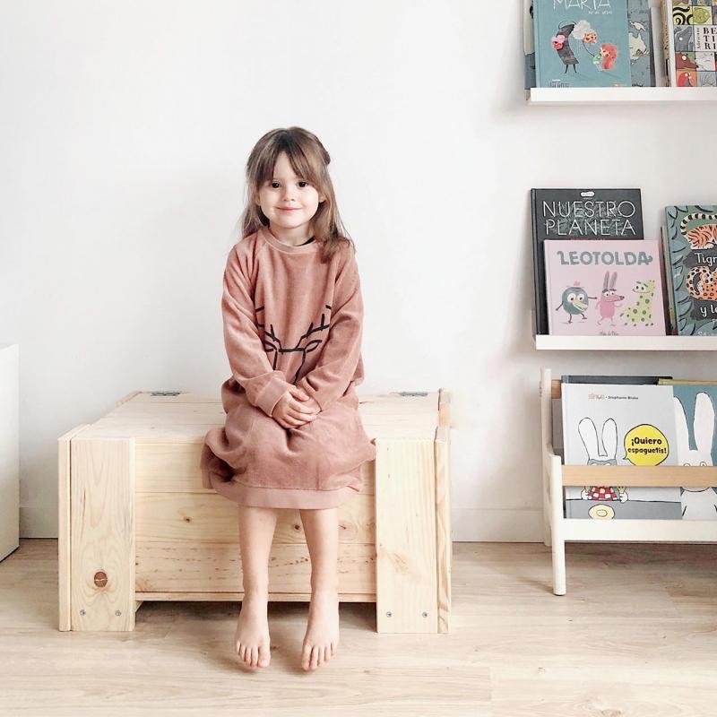Mesa, silla y cama individual con lamas