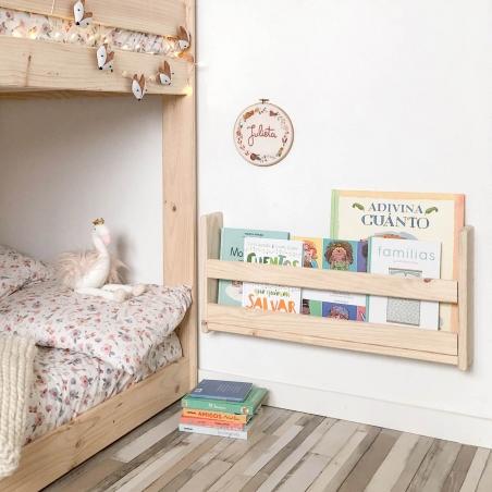 Ambiente cama sofá y estantería cubo
