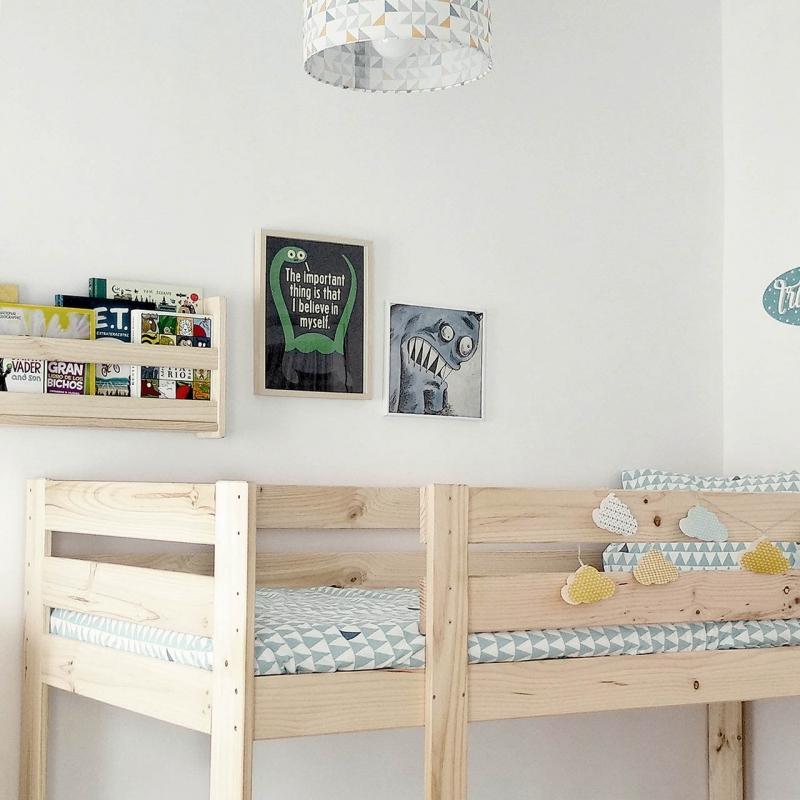 Ambiente camas individuales, mesillas y estanterías asimétricas
