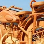 Un carpintero ruso crea una moto de madera.