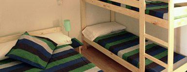 cama matrimonio y litera de muebles lufe en el albergue