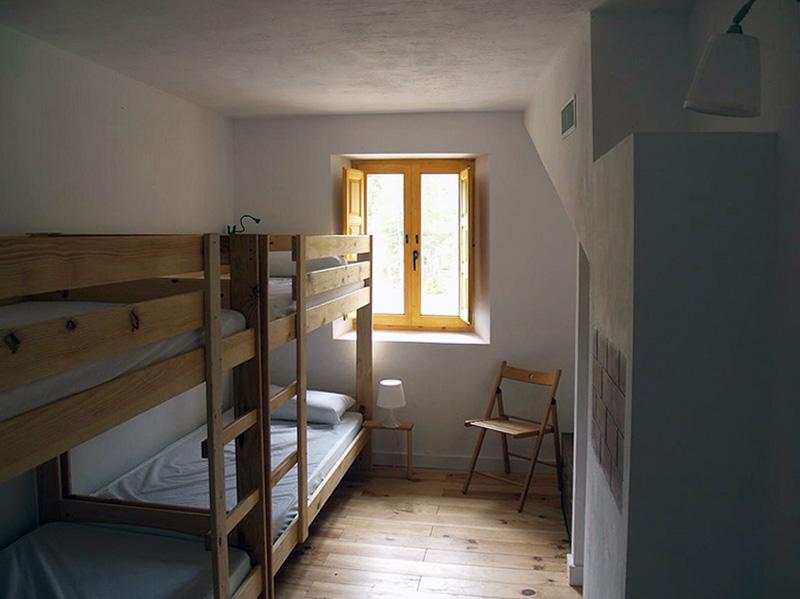 Muebles-LUFE-madera-maciza-anticrisis-albergue-cervinuelo-cuenca-habitacion-2