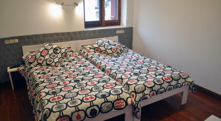 Muebles-LUFE-madera-maciza-lowcost-hostal-auzoa-bera-navarra-habitaciones-camas