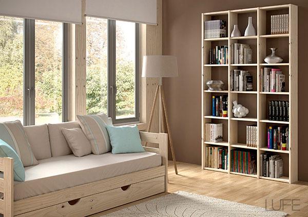 sofá cama en madera pulida con cama nido y colchón para el salón con estanterias