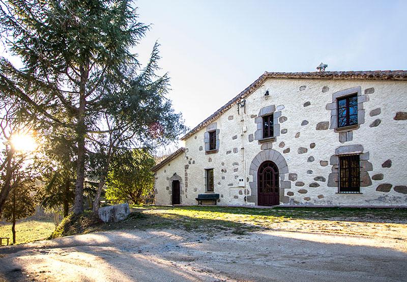 edificio exterior de la masia can sabe de barcelona