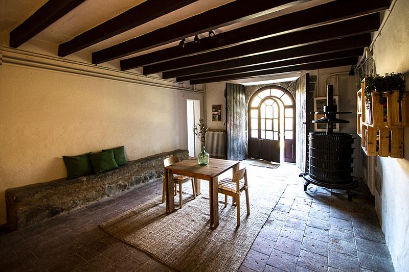 mesa arina en la entrada principal de la masia