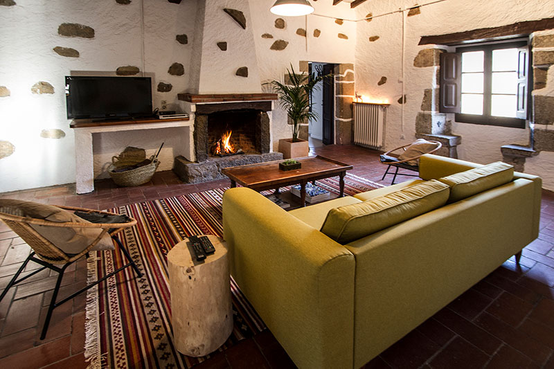 Mesas y camas para casas rurales y masias resistentes y - Muebles on line barcelona ...