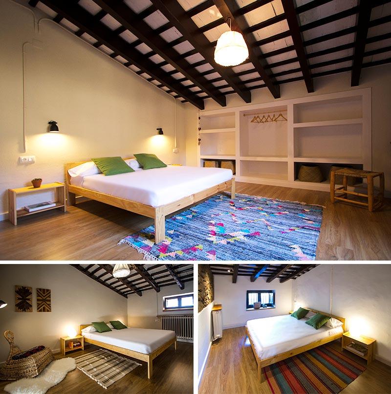 cama de matrimonio de madera en las habitaciones de la masia de can sabe