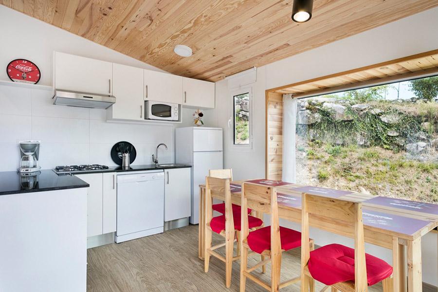 sillas y mesa de madera para bungalows