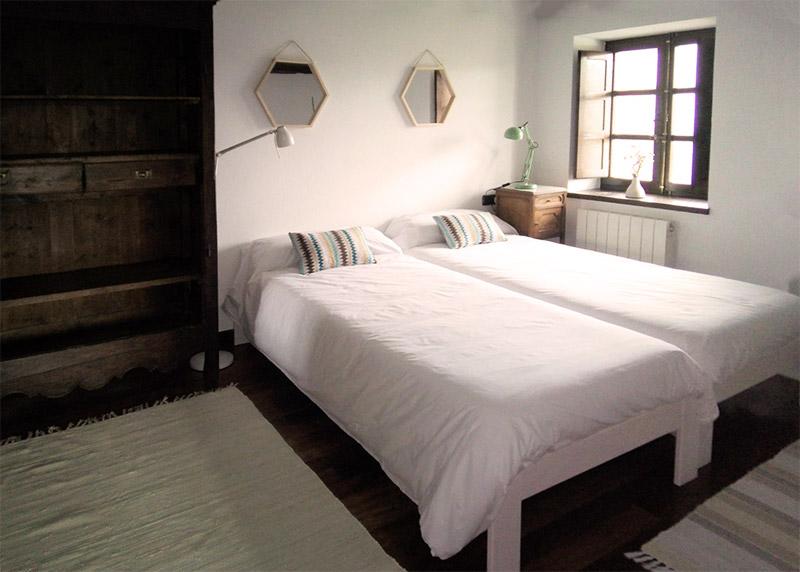 habitación estandard cama individual de caserío Mahasti en gatika bizkaia