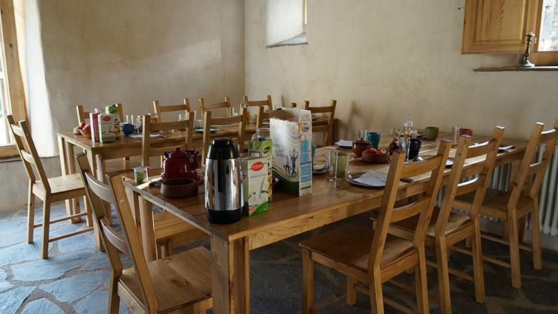 mesa comedor de madera para el albergue el negre de girona