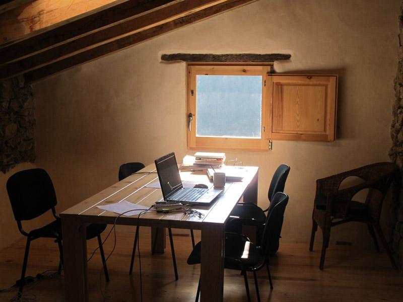 estudio mesa arina de madera para el albergue el negre de girona