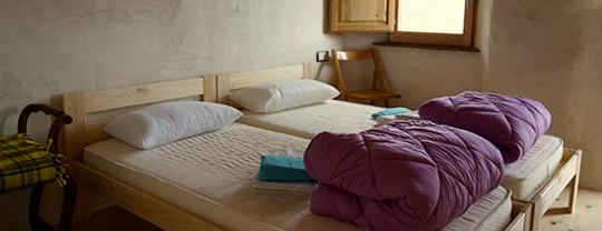 camas de madera para el albergue el negre de girona