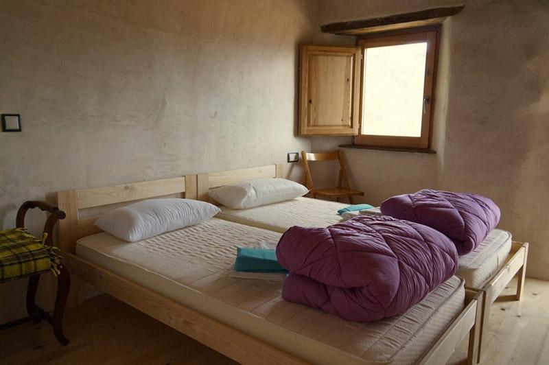 camas individuales de madera para el albergue el negre de girona