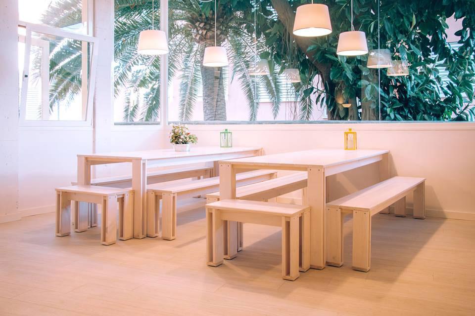 La mesa ARINA en el nuevo Hogar LUFE 'Palma Port Hostal' en Mallorca.