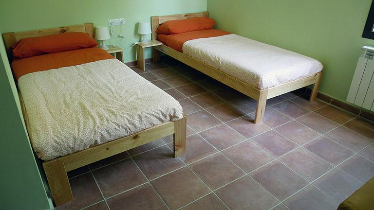 Las camas individuales del Hogar LUFE, el Albergue Los Griegos en Teruel.