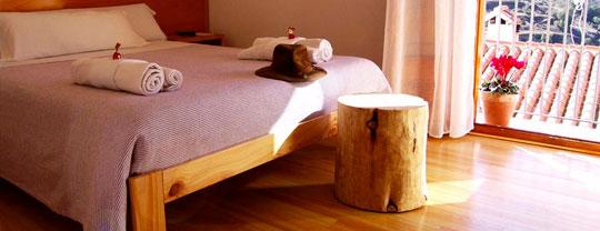 Cama de matrimoni y tronco LUFE en el Hotel rural La Tinença