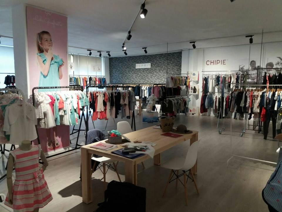 Mesa ARINA en la tienda de ropa de niño KIDILIZ en Bilbao.