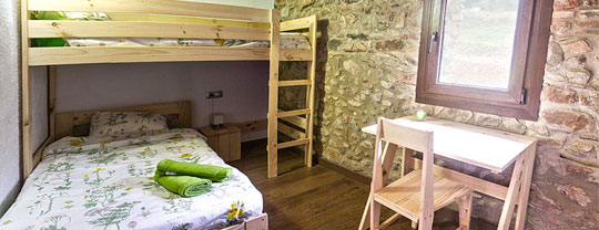 Masía con Muebles LUFE: litera con cama individual, mesa de estudio y silla LUFE.