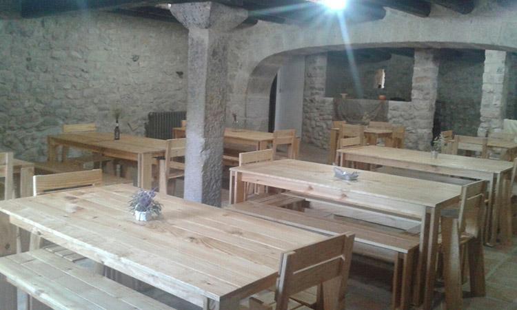 Mesas, bancos y sillas LUFE en la casa rural La Pastora