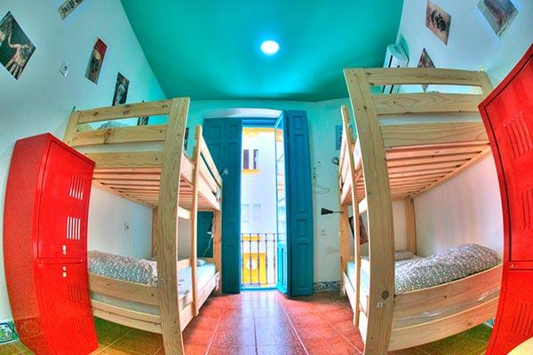 Dos LUFE literas en una habitación del Sevilla Kitsch Hostel Art