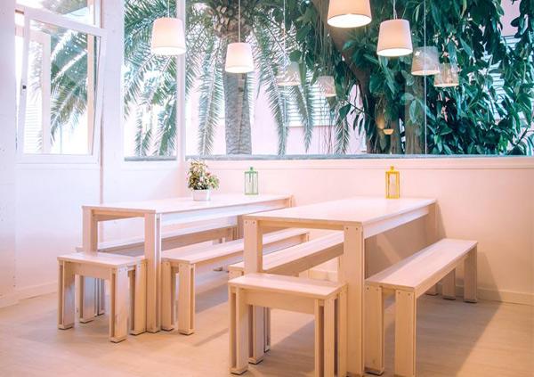 Mesa con bancos de madera para exterior o interior