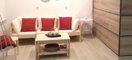 Mesa de centro de madera en recepcion centro yoga