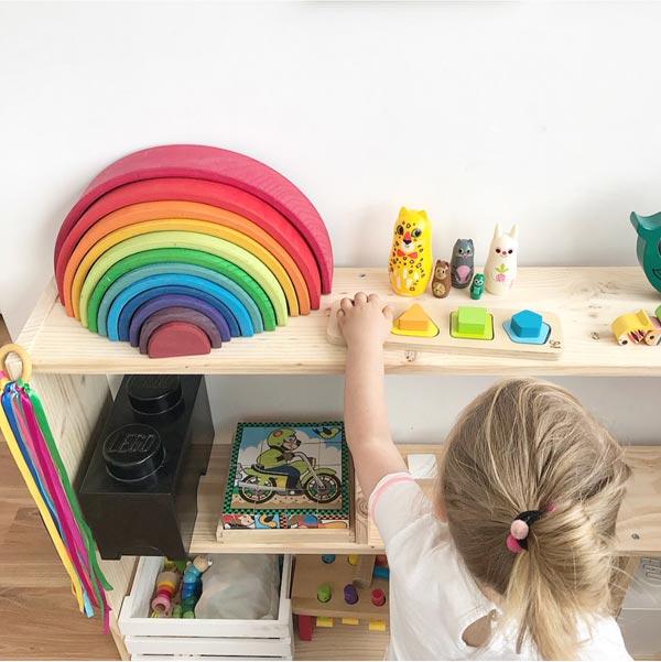 Estanterías baratas de madera Montessori para organizar el cuarto de juegos