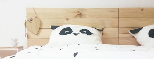 cabeceros de madera en cama de matrimonio