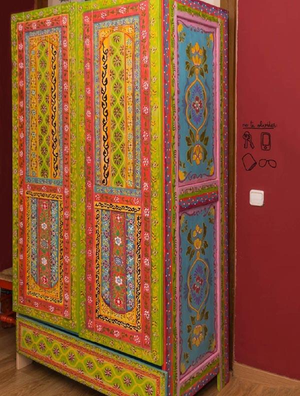ejemplo de armario barato de madera pintado de forma creativa