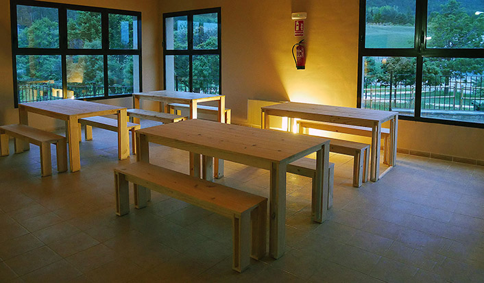 Mesas y bancos de comedor baratos y de madera eco en albergue de Teruel