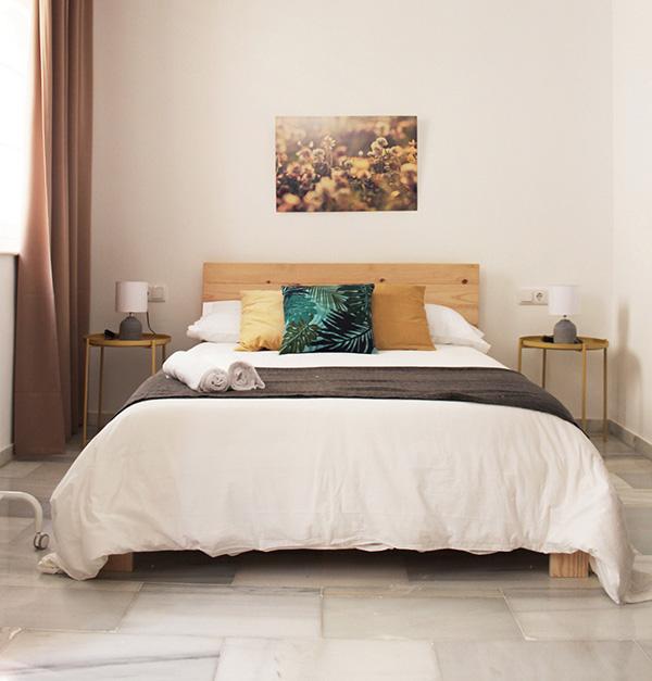 cama de matrimonio baratas y de madera ecológica en apartamentos Cadiz
