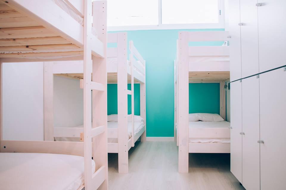 Literas de madera baratas y juveniles en Parma Port Hostel