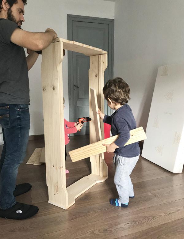 Montar muebles de madera en familia