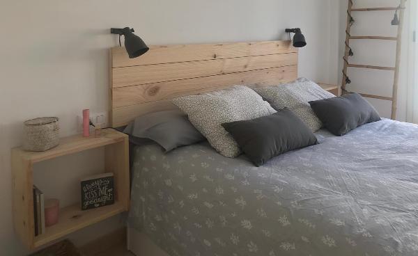 cabecero barato de madera con mesa / estantería auxiliar