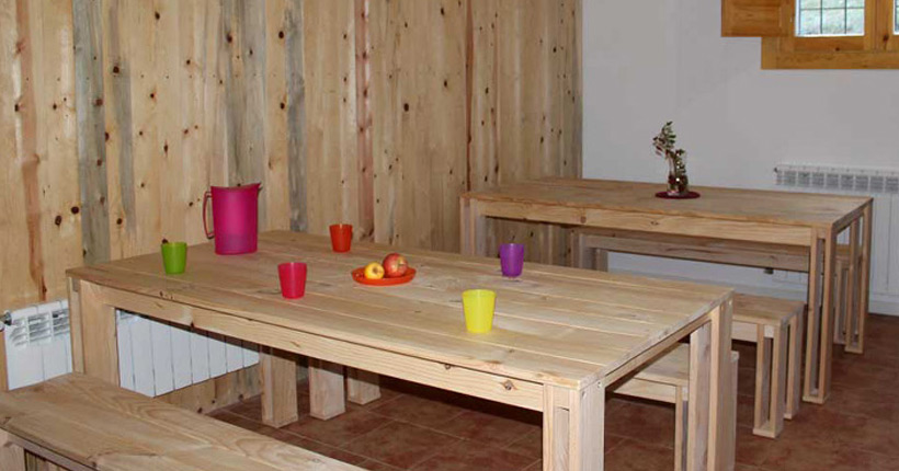 Bancos y mesas de madera baratas para comedor o salón