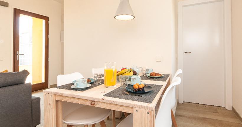mesa de madera maciza barata para apartamento en barcelona